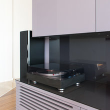 Фото из портфолио Домашний кинотеатр с проектором в гостиной – фотографии дизайна интерьеров на INMYROOM