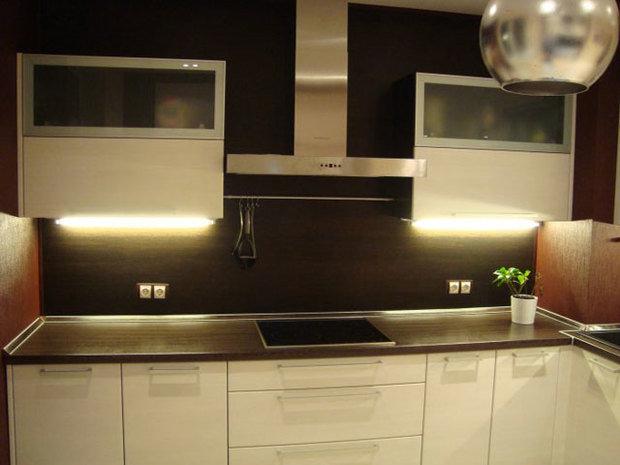 Фотография:  в стиле , Кухня и столовая, Советы, Зеркало, Кухонный фартук, керамическая плитка, стекло в интерьере, «Капитель», Елена Булагина, стекло фартук, плитка на кухне, как выбрать плитку для фартука, керамическая плитка на кухне, стекло на кухне, мозаика на кухонном фартуке, обновить кухонный фартук, зеркальный фартук – фото на InMyRoom.ru