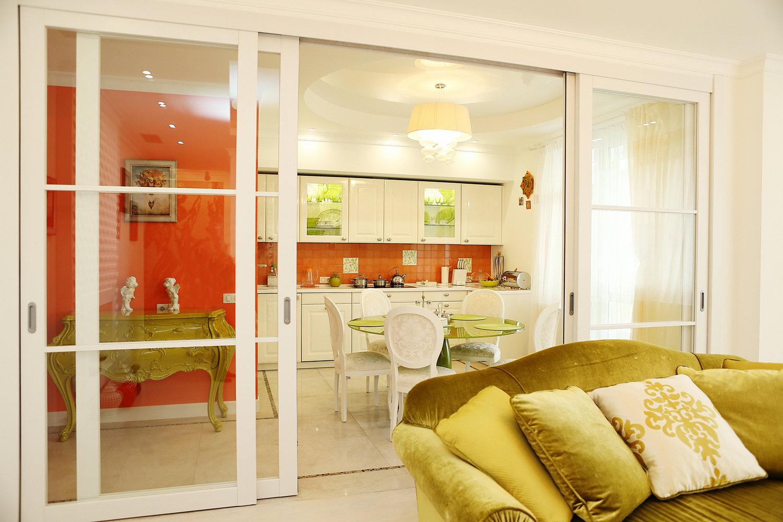 Желтая кухня в сочетании с оранжевым цветом