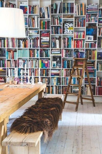 Фотография: Кабинет в стиле Скандинавский, Декор интерьера, Декор, Домашняя библиотека, как разместить книги в интерьере, книги в интерьере – фото на InMyRoom.ru