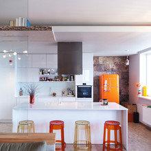 Фотография: Кухня и столовая в стиле Скандинавский, Интерьер комнат, Цвет в интерьере, Белый, Перепланировка – фото на InMyRoom.ru