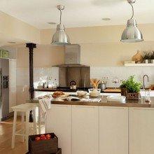 Фотография: Кухня и столовая в стиле Скандинавский, Интерьер комнат, Цвет в интерьере, Белый, Кухонный остров – фото на InMyRoom.ru
