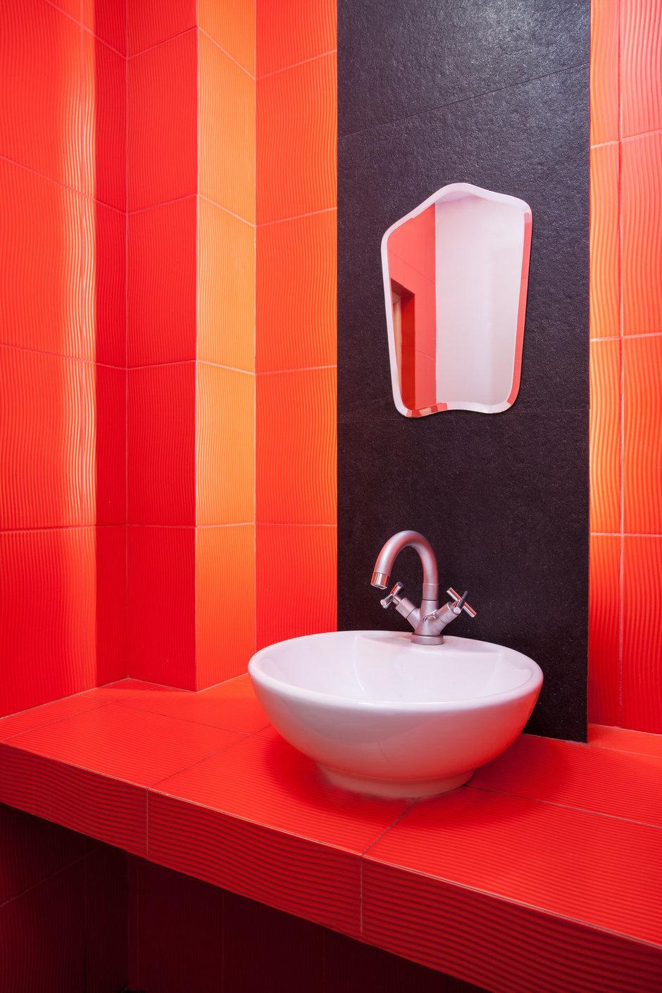Фотография: Ванная в стиле Современный, Декор интерьера, Малогабаритная квартира, Квартира, Цвет в интерьере, Стиль жизни, Советы – фото на InMyRoom.ru