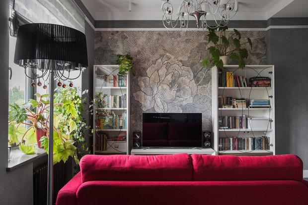 В гостиной в ТВ-зоне разместили панно из обоев, рисунок создавался на фабрике под проект так, чтобы цветок на орнаменте был центром композиции, и он же является центральной осью прохода из кухни в гостиную.