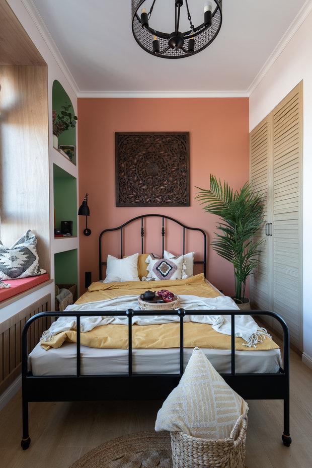 Над кроватью висит панно с Бали, отправная точка в создании этого проекта.