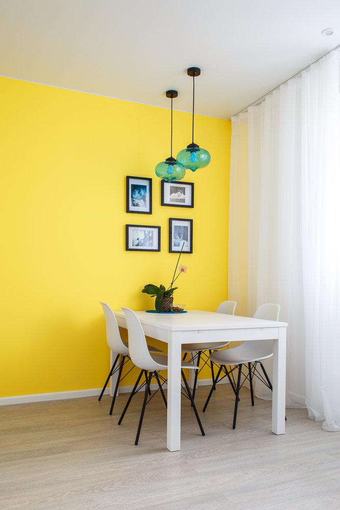 Желтая кухня в малогабаритном помещении