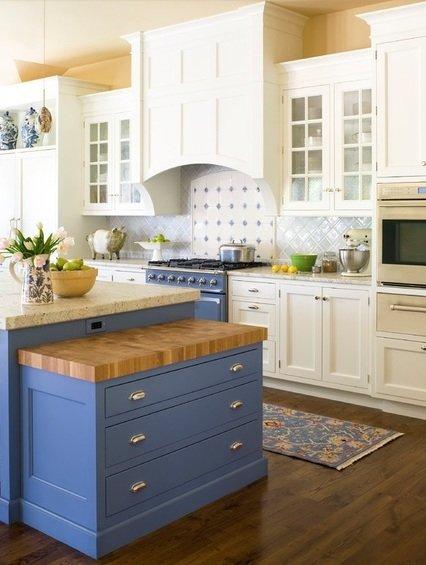 Голубая кухня в сочетании с белым