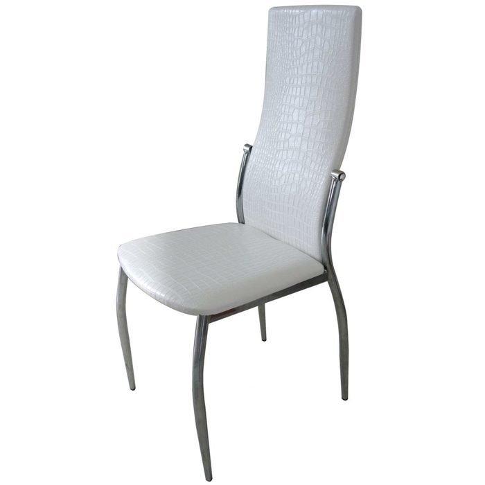 Белый стул на металлическом каркасе