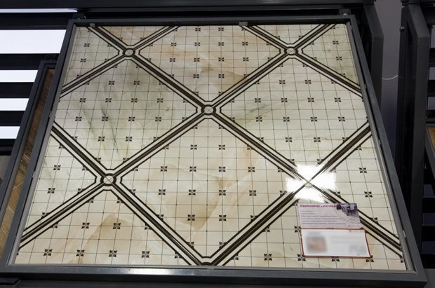Помотите подобрать стены к кафелю на полу в коридоре