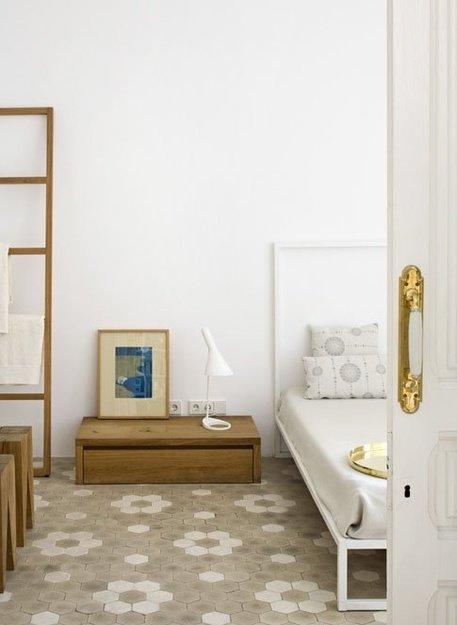 Фотография: Спальня в стиле Минимализм, Интерьер комнат, Кровать, Гардероб, Комод, Пуф, Табурет – фото на InMyRoom.ru