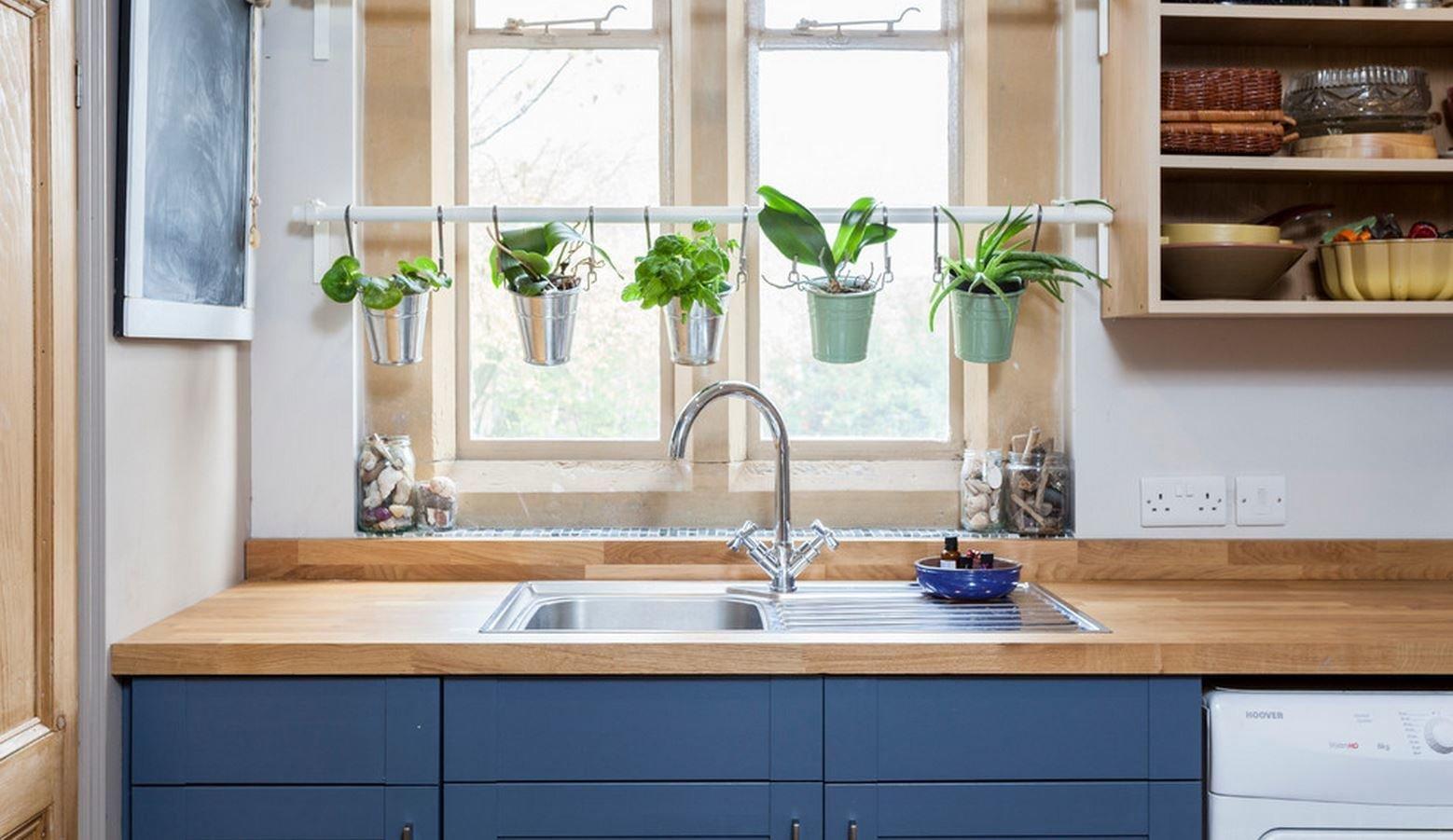 Голубая кухня с деревянными элементами