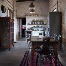 Фотография: Кухня и столовая в стиле Лофт, Декор интерьера, Дом, Дизайн интерьера, Цвет в интерьере, Принт, Серый – фото на InMyRoom.ru