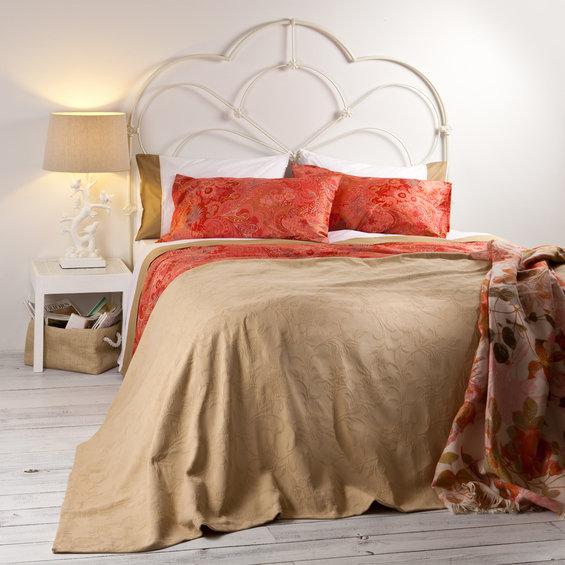 Фотография: Спальня в стиле Современный, Декор интерьера, Цвет в интерьере, Текстиль, Индустрия, Новости, Zara Home, Вышивка – фото на InMyRoom.ru