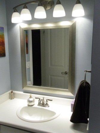 Фотография: Ванная в стиле Скандинавский, Интерьер комнат, Светильник, Зеркало, Подсветка – фото на INMYROOM