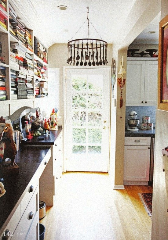 Фотография: Кухня и столовая в стиле Прованс и Кантри, Классический, Декор интерьера, DIY, Мебель и свет, Советы, Люстра – фото на InMyRoom.ru