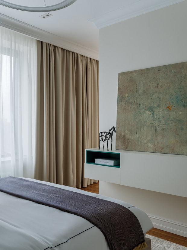 Консоль перед кроватью без ножек, создается эффект парения в воздухе.