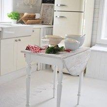 Фотография: Кухня и столовая в стиле Кантри, Скандинавский, Интерьер комнат, SMEG, Холодильник – фото на InMyRoom.ru