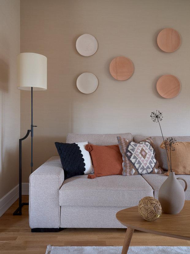 Глиняные тарелки на стене над диваном — ручная работа Татьяны Пятницкой.