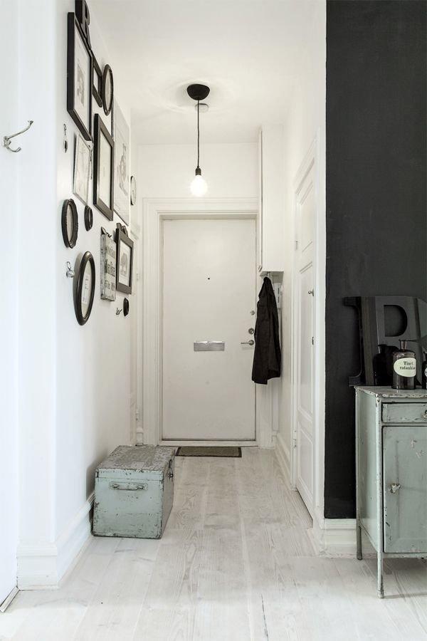 Фотография: Прихожая в стиле Скандинавский, Декор интерьера, Дизайн интерьера, Цвет в интерьере, Черный – фото на InMyRoom.ru