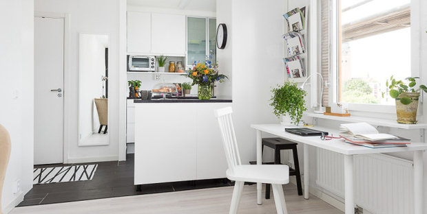 Фотография: Кухня и столовая в стиле Лофт, Скандинавский, Эклектика, Малогабаритная квартира, Квартира, Мебель и свет, Белый, Черный – фото на InMyRoom.ru
