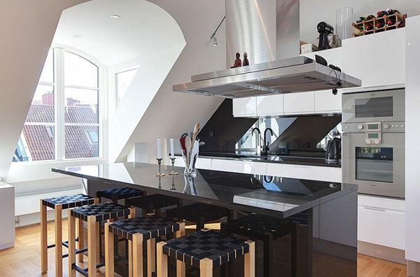 Фотография: Кухня и столовая в стиле Современный, Дом, Мебель и свет, Дача, Дом и дача, как обустроить мансарду, идеи для мансарды – фото на InMyRoom.ru