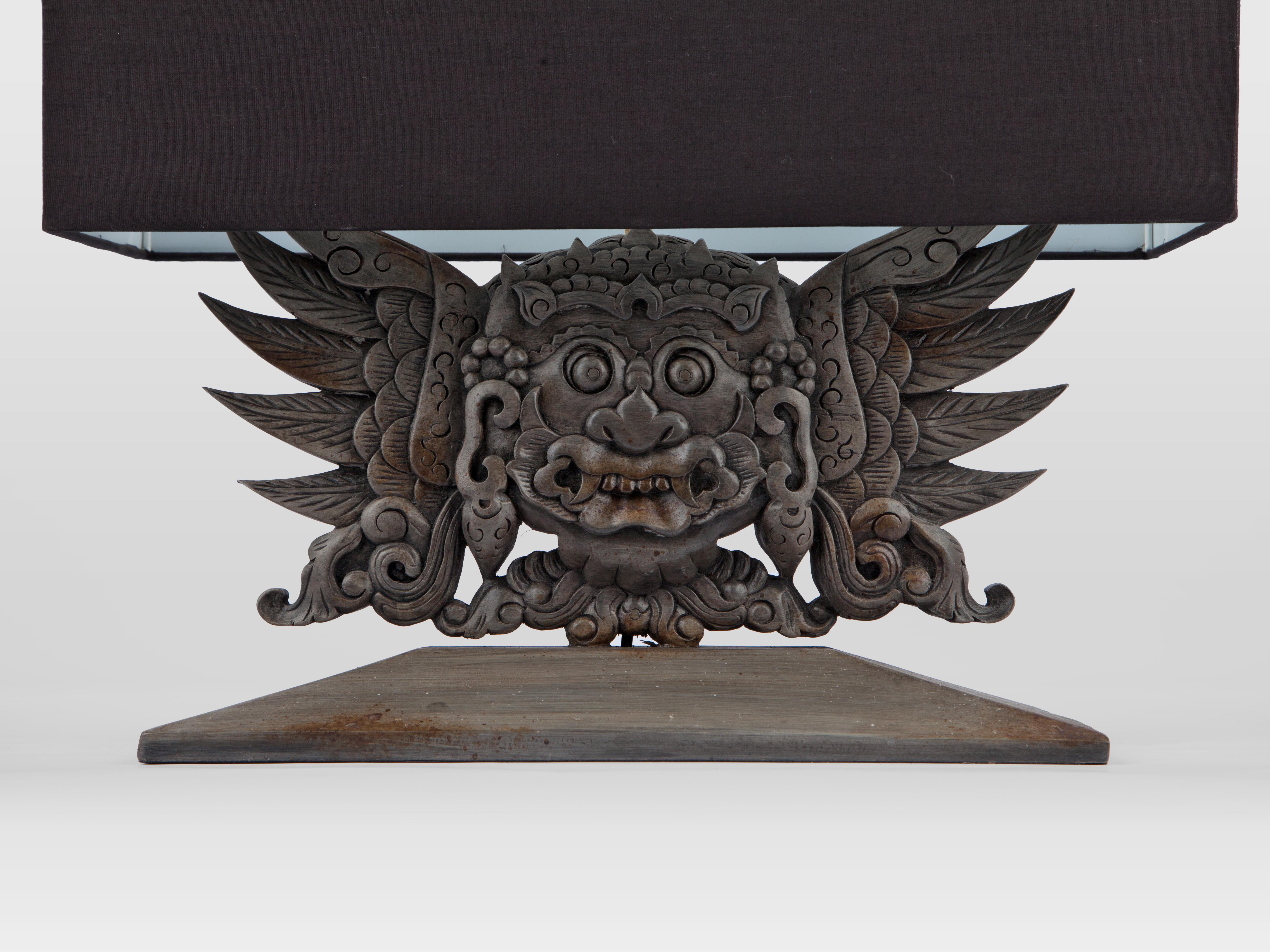 Купить Лампа настольная с резной ножкой из дерева махагони и черным абажуром, inmyroom, Индонезия