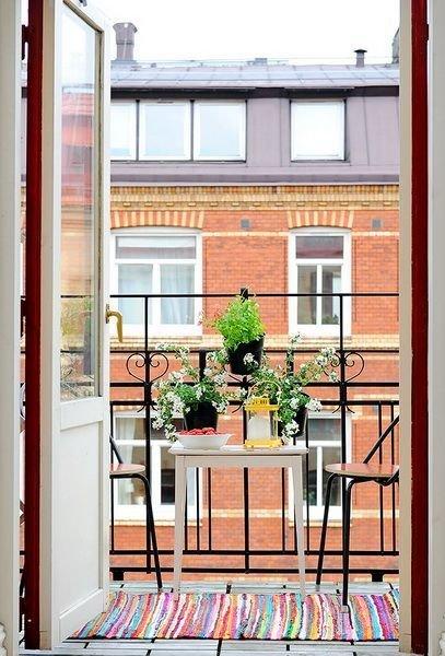 Фотография: Балкон в стиле Прованс и Кантри, Квартира, Аксессуары, Мебель и свет, Терраса, Советы, Ремонт на практике, бюджетное обновление балкона, экономичный ремонт на балконе – фото на InMyRoom.ru