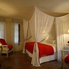 Фотография: Спальня в стиле Кантри, Дома и квартиры, Городские места, Отель, Бассейн, Большие окна, Балдахин – фото на InMyRoom.ru