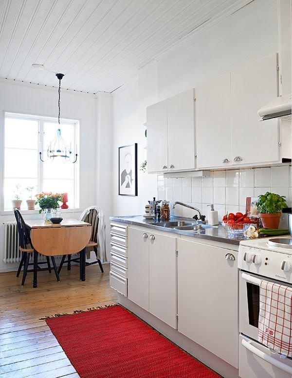 Фотография: Кухня и столовая в стиле Скандинавский, Малогабаритная квартира, Квартира, Цвет в интерьере, Дома и квартиры, Белый, Стена, Пол – фото на InMyRoom.ru