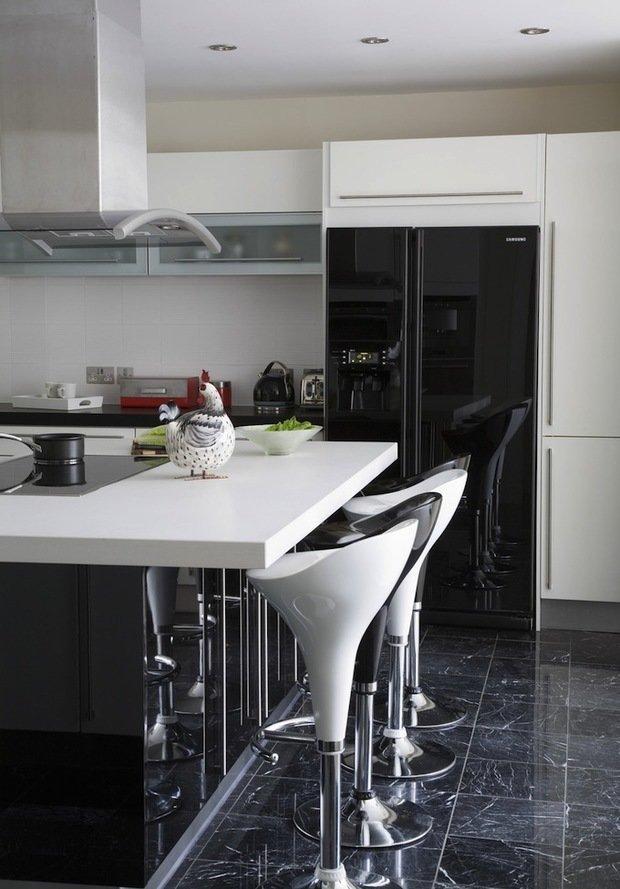 Фотография: Кухня и столовая в стиле Хай-тек, Интерьер комнат, Цвет в интерьере, Белый – фото на InMyRoom.ru