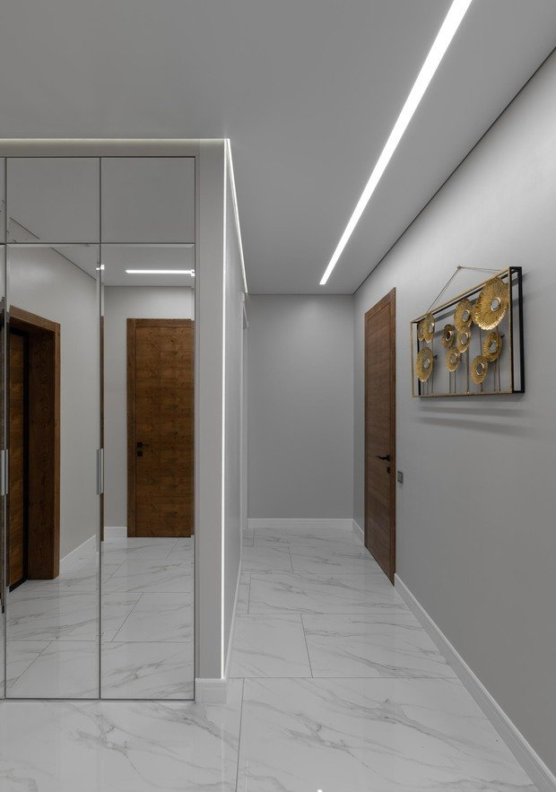 Двери в ходе проекта заменили на шпонированные: контраст материалов выгодно сказался на общем облике интерьера.