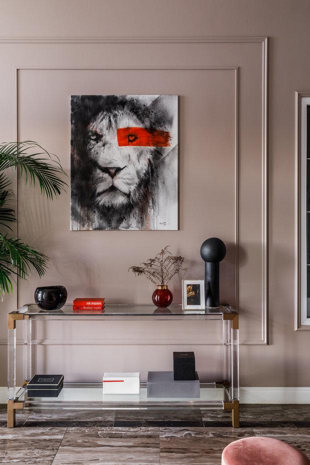 В холле располагается одна работа из знаменитой серии художника Ивана Маклонова. Остальные картины в доме также являются работами Ивана.