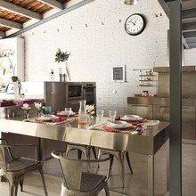 Фотография: Кухня и столовая в стиле Лофт, Декор интерьера, Дизайн интерьера, Цвет в интерьере, Балки, Розовый, Фуксия – фото на InMyRoom.ru