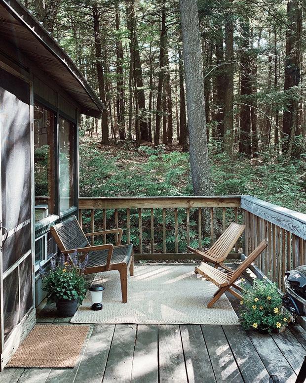 Открытая веранда — тихое место для чтения или отдыха. А иногда даже для принятия теплого летнего душа.