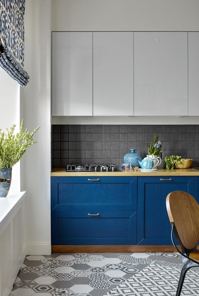 Голубая кухня в сочетании с серым