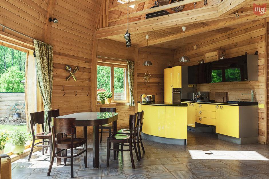 Желтая кухня в сочетании с кофейным цветом