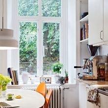 Фотография: Кухня и столовая в стиле Скандинавский, Современный, Декор интерьера, Квартира, Декор, Советы, Подоконник, Окно – фото на InMyRoom.ru