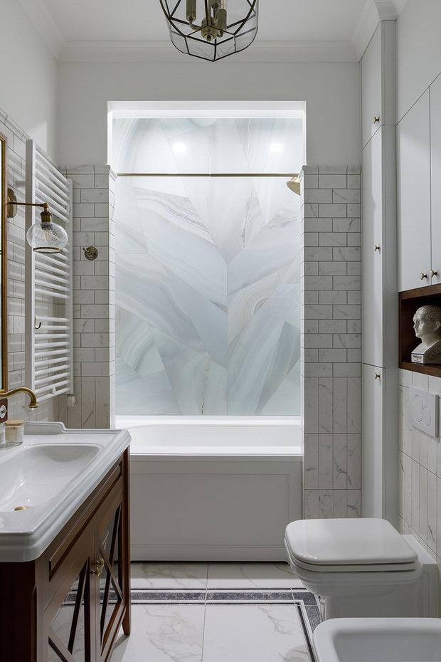 Ванная комната имела вытянутые размеры в плане, поэтому было решено раздробить помещение, возведя перегородку, отделяющую ванну. Штора прячется за простенком этой перегородки.