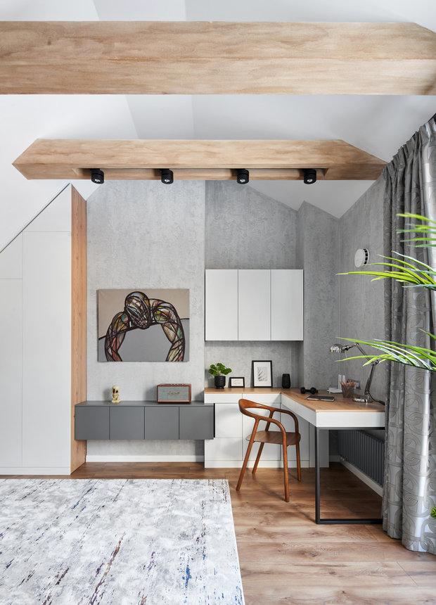 На стенах — декоративная штукатурка, балки под дерево выполнены тоже декоративной штукатуркой. На полу — ламинат.