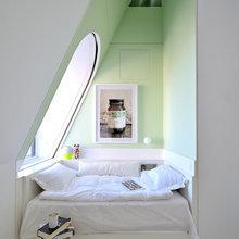 Фотография: Спальня в стиле Скандинавский, Хранение, Стиль жизни, Советы, Мансарда, Подоконник – фото на InMyRoom.ru