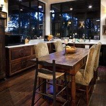 Фотография: Кухня и столовая в стиле Кантри, Дом, Терраса, Цвет в интерьере, Дома и квартиры, Бассейн, Камин, Стены, Балки – фото на InMyRoom.ru