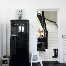 Фотография: Кухня и столовая в стиле Скандинавский, Малогабаритная квартира, Интерьер комнат, Холодильник – фото на InMyRoom.ru