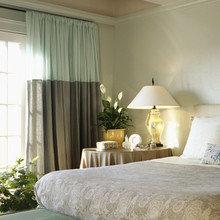 Фотография: Спальня в стиле Кантри, Интерьер комнат, Мебель и свет, Цвет в интерьере, Белый, Гардероб – фото на InMyRoom.ru