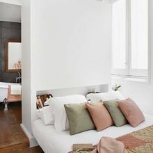 Фотография: Спальня в стиле Скандинавский, Малогабаритная квартира, Квартира, Советы, Бежевый, Бирюзовый, Зонирование, как зонировать комнату, как зонировать однушку, как зонировать однокомнатную квартиру – фото на InMyRoom.ru