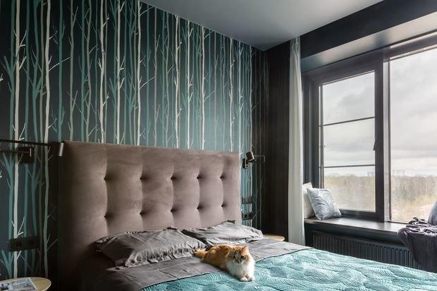 Спальня темная: акцентные обои и шкафы на противоположной стене. Сделано специально для лучшего сна.