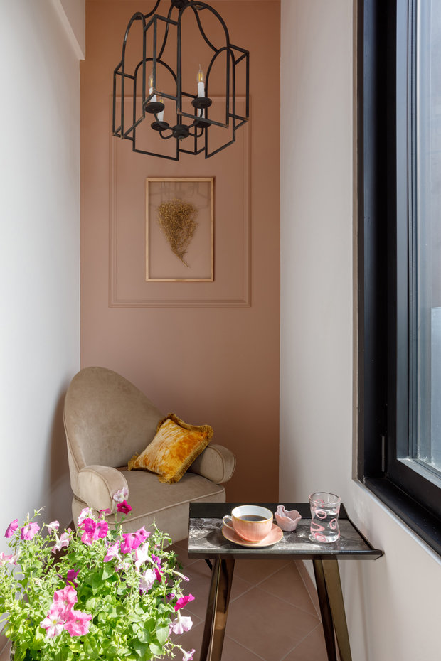 На балконе повесили трогательное панно из сухоцветов фирмы Botanica: они делают простые композиции, незаменимые в интерьере с точки зрения уюта.