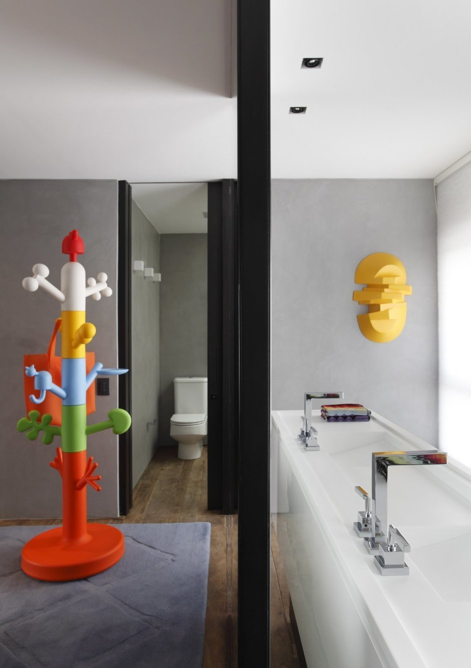Фотография: Ванная в стиле Современный, Дом, Цвет в интерьере, Дома и квартиры, Серый, Бразилия, Пол, Сан-Паулу – фото на InMyRoom.ru