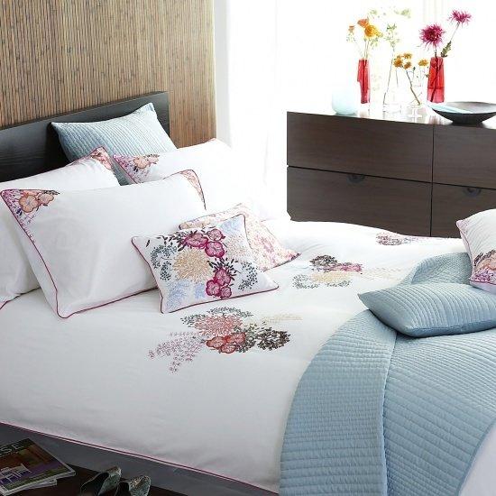 Фотография: Спальня в стиле Современный, Текстиль, Стиль жизни, Советы, Цветы – фото на InMyRoom.ru