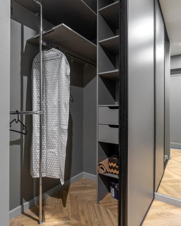Гардеробная и шкаф в спальне выполнены из ЛДСП — самый доступный материал в корпусной мебели.