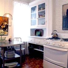 Фотография: Кухня и столовая в стиле Кантри, Малогабаритная квартира, Квартира, Цвет в интерьере, Дома и квартиры, Стены, Нью-Йорк, Системы хранения, Квартиры – фото на InMyRoom.ru